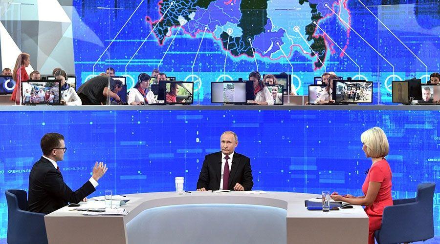 Путин общается с жителями России на традиционной «Прямой линии»