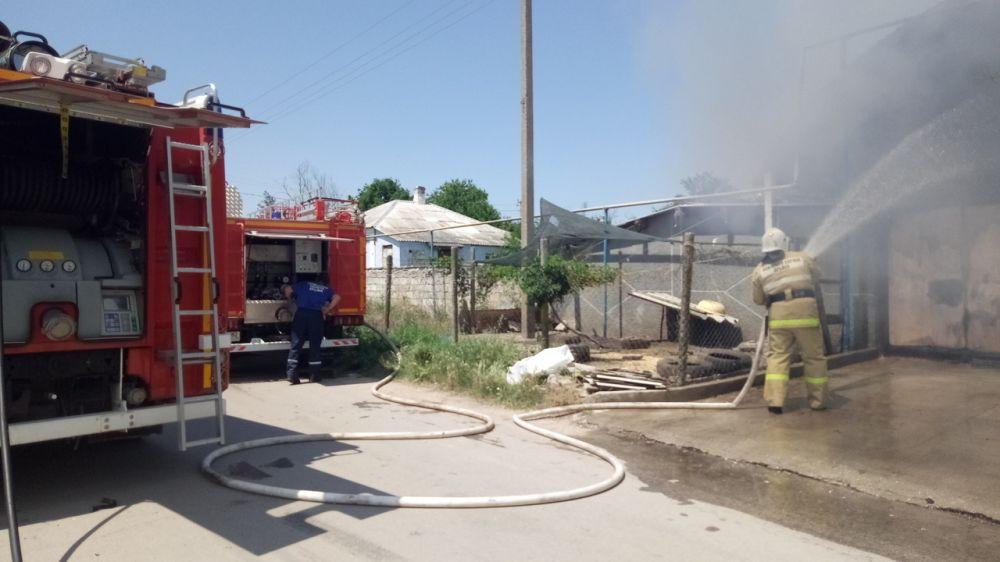 Крымские огнеборцы ликвидировали возгорание двух автомобилей в Ленинском районе