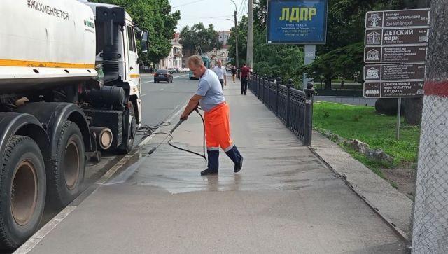 Более 200 дворников ежедневно чистят и моют улицы в Симферополе
