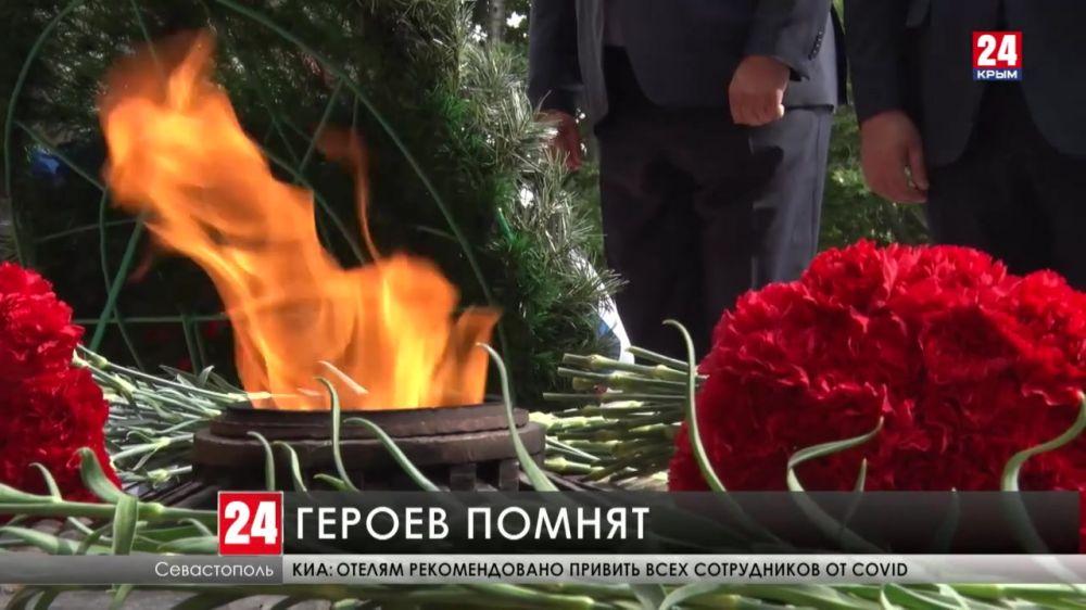 В Севастополе прошла торжественная церемония в честь годовщины окончания Второй обороны города