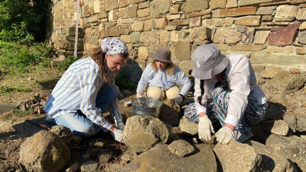 Выездная школа археологии начала работу в Музее-заповеднике «Судакская крепость»