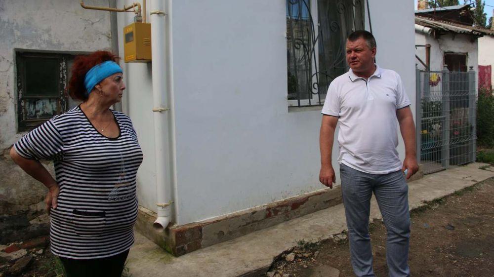 В керченских дворах продолжают восстановительные работы после стихии