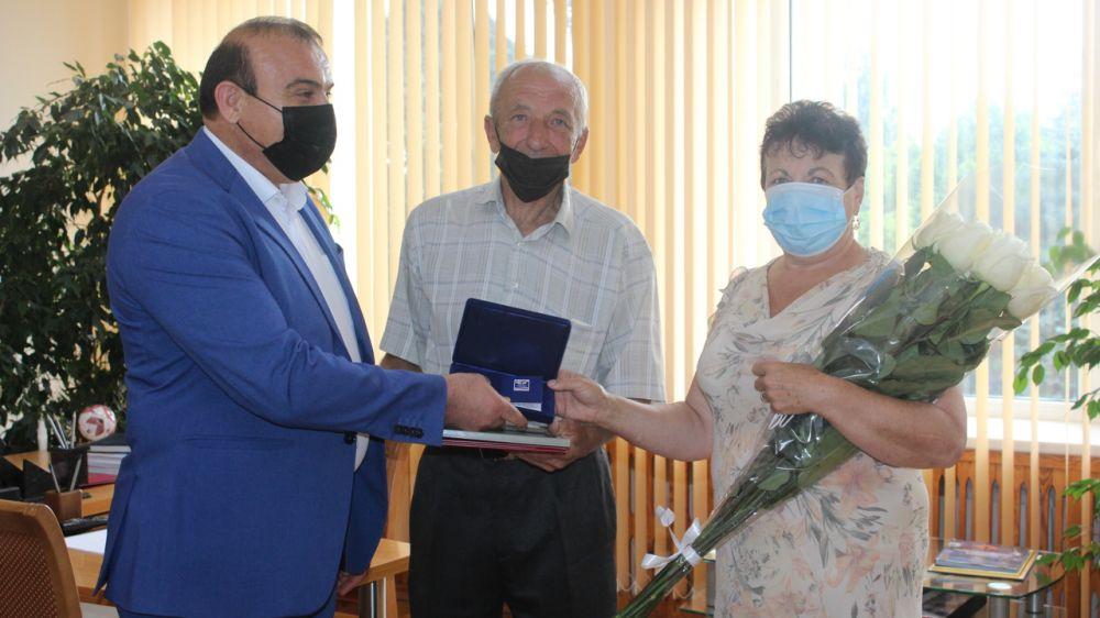 Трём семьям Симферопольского района, которые прожили в браке более 35 лет, вручили медали и грамоты «За любовь и верность»