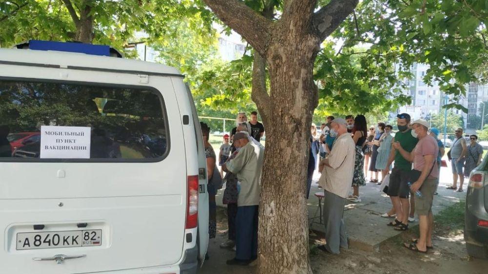 В жилых кварталах Керчи организована работа выездных пунктов по вакцинации населения против коронавируса
