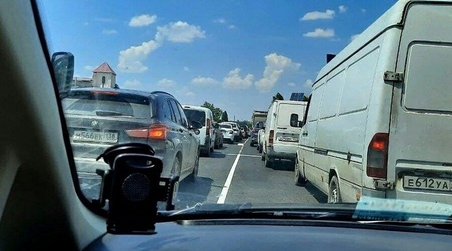 Евпаторийская трасса встала в пробках даже после открытия четырех полос в городе Саки