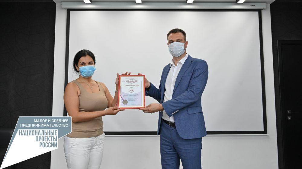 Дмитрий Шеряко вручил свидетельство о регистрации товарного знака участнику Центра кластерного развития Республики Крыма