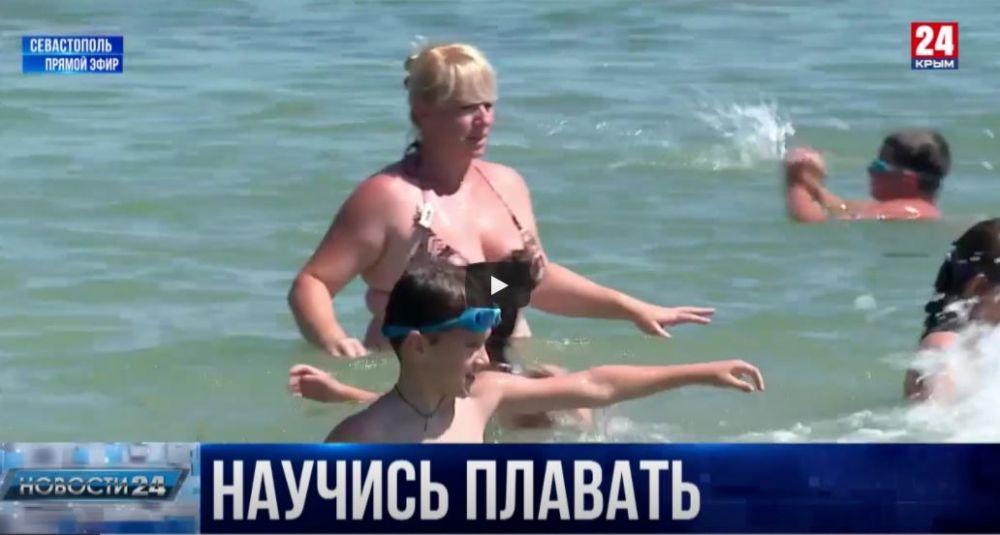 На пляжах Севастополя бесплатно учат плавать детей
