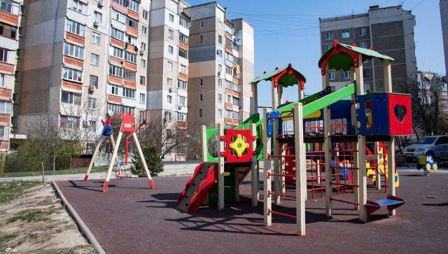 В Симферополе проверяют детские площадки на соответствие ГОСТу