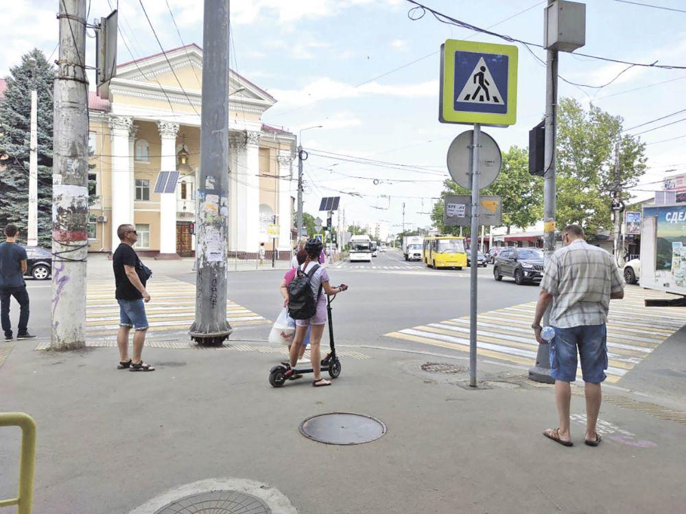 Что делать, если дорожный знак установлен посреди тротуара и мешает пройти
