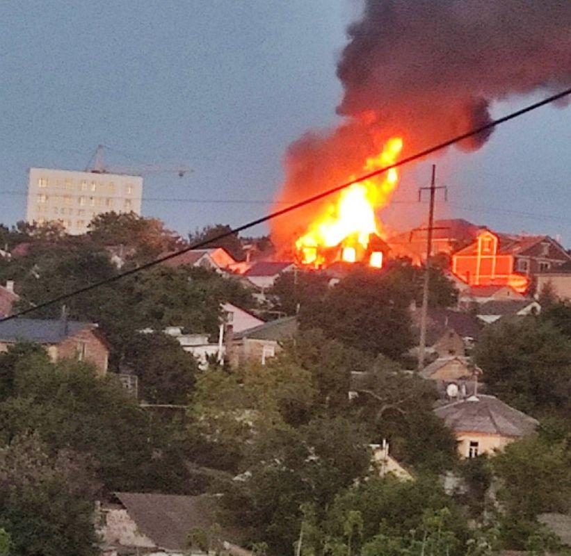 На улице Тарабукина в Симферополе горят гараж и жилой дом