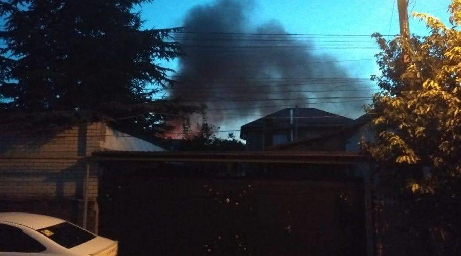 Жилой дом горит в микрорайоне Петровская балка в Симферополе