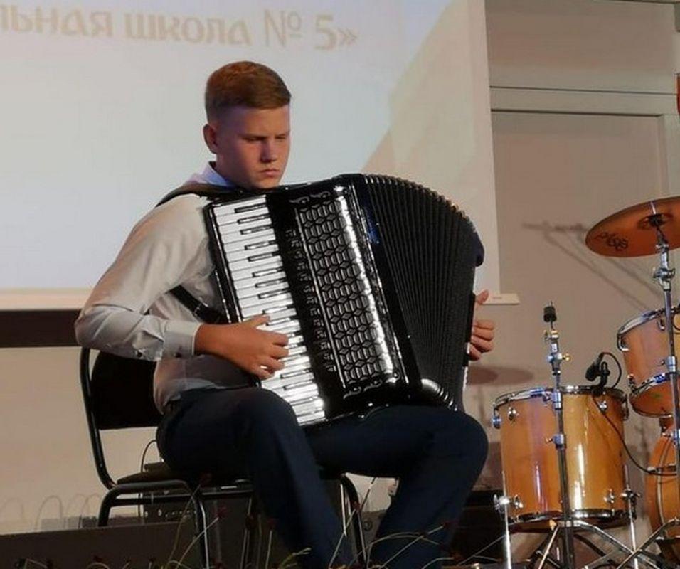 Юный музыкант из Севастополя продал аккордеон, чтобы спасти маму от рака