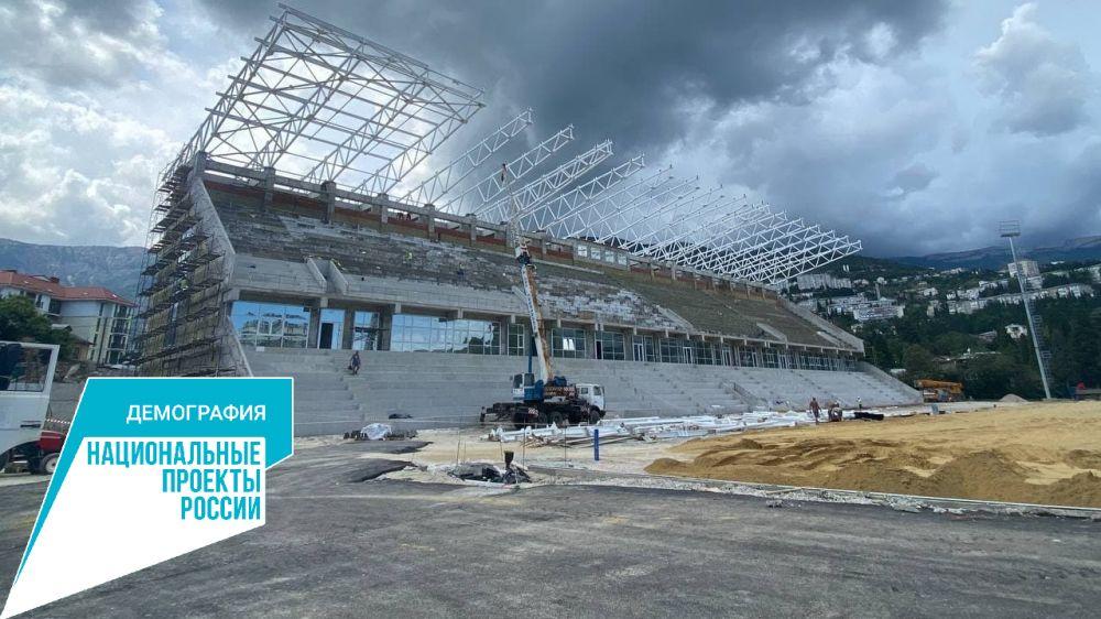 Строители готовятся приступить к высадке газона футбольного поля на стадионе «Авангард» в Ялте