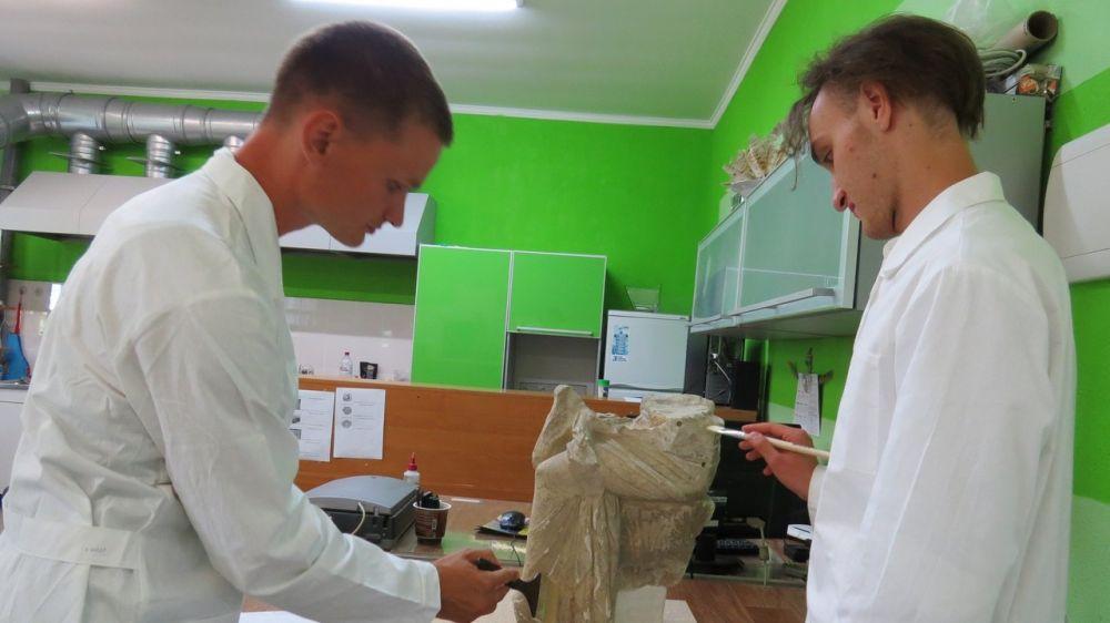 «Летняя школа реставрации камня» начала работу в Лапидарии Восточно-Крымского музея-заповедника