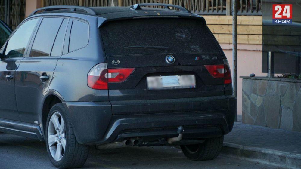 В Алуште отдыхающие начали закрывать автомобильные номера медицинскими масками