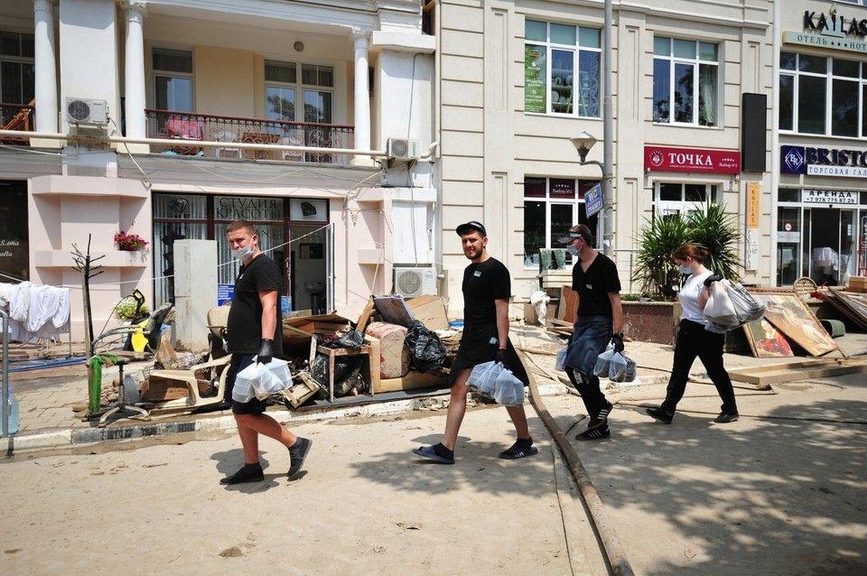 В пострадавших от потопа городах Крыма продолжают наводить порядок