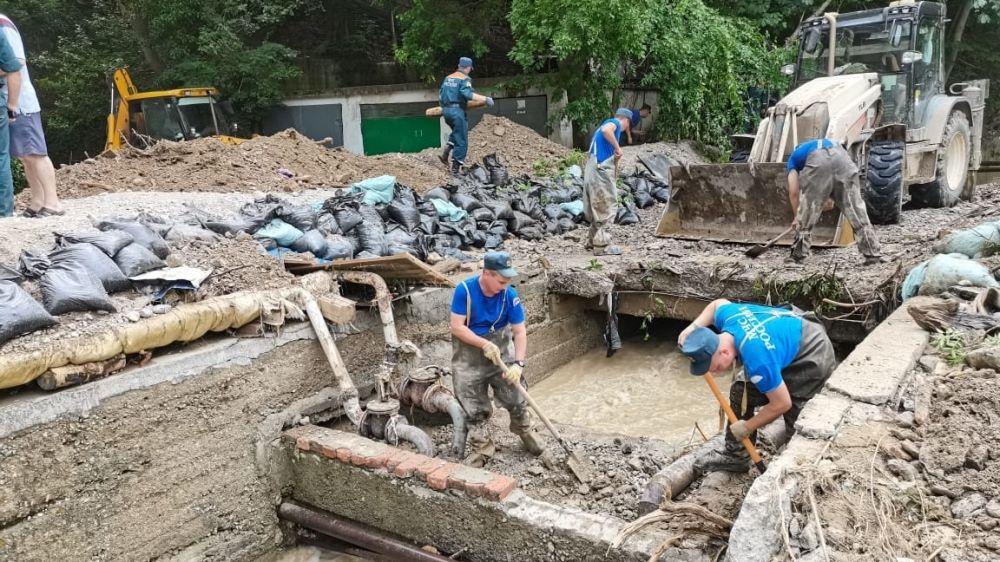 После наводнения: в пострадавших городах Крыма продолжают наводить порядок