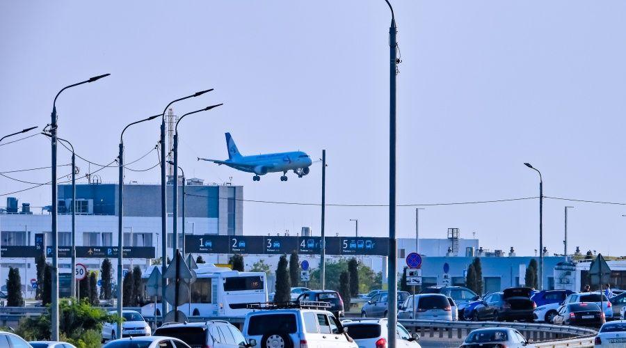 В аэропорту Симферополя прокомментировали затор из-за демарша таксистов-нелегалов