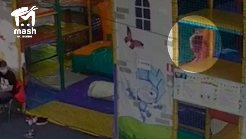 Директор аттракциона в Симферополе выложил запись падения девочки и рассказал свою версию