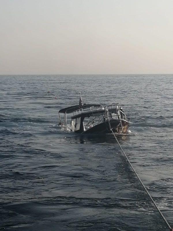 Пограничники показали кадры буксировки перевернувшегося из-за медузы прогулочного катера