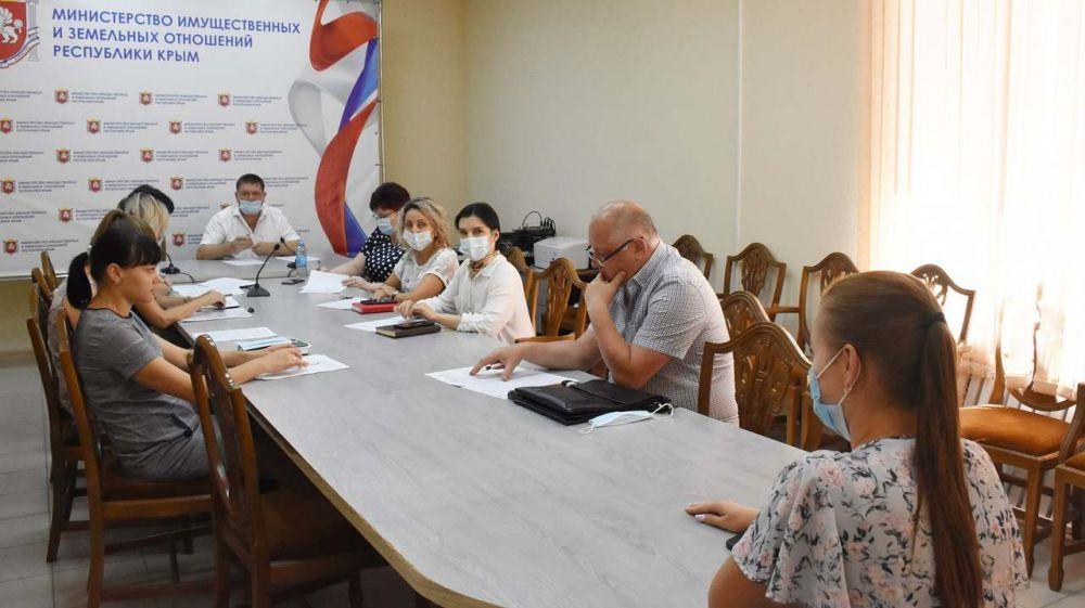 Выпускники высших и средних учебных заведений без опыта работы могут начать свой трудовой путь в Минимуществе Крыма