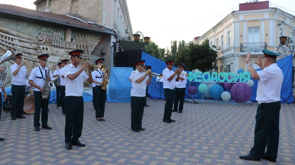 Выступление духового оркестра стало творческим подарком ко Дню города Феодосии