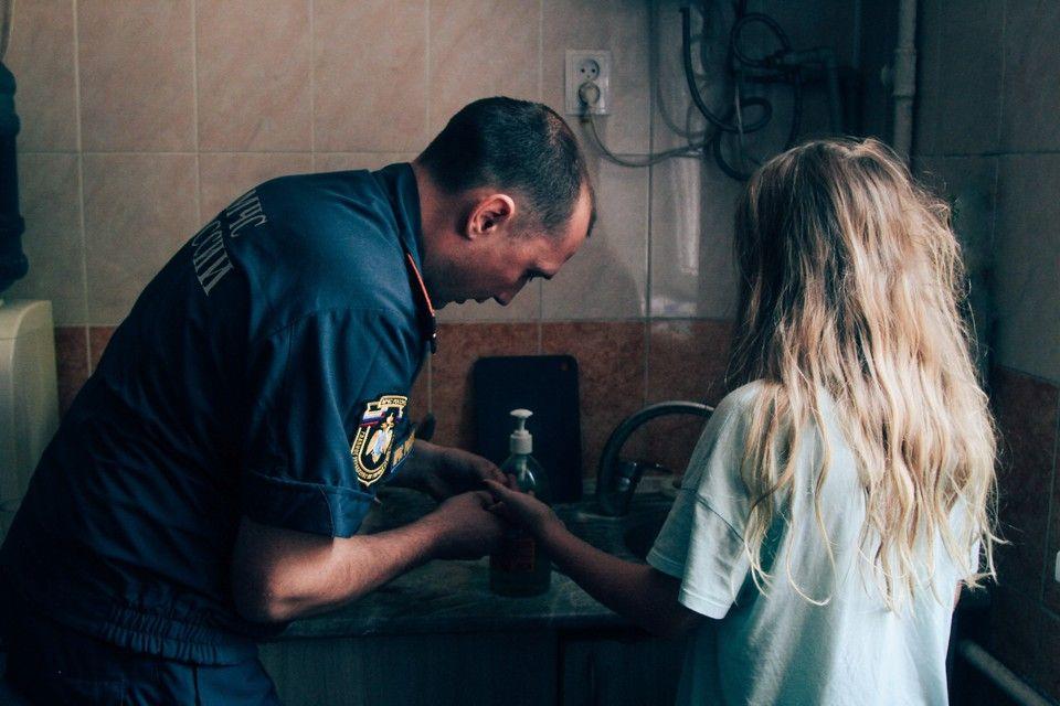 За 7 минут срезали с пальца девочки кольцо: В Севастополе спасатели МЧС помогли ребенку