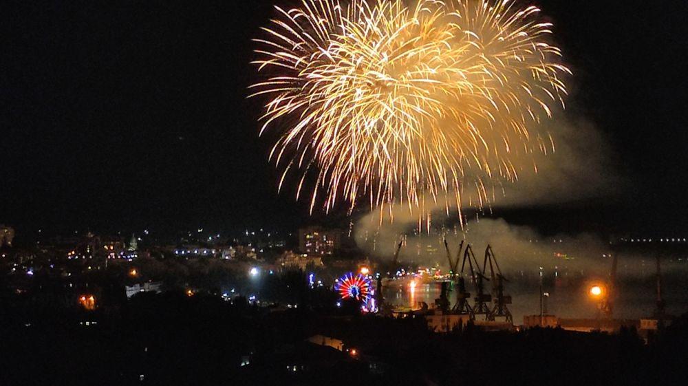 Юбилейный День города Феодосии завершился красочным салютом