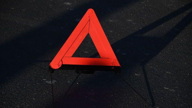 Машина врезалась в электроопору в центре Симферополя, двое погибли