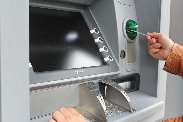 В Ялте полиция вернула деньги местному жителю, забывшему в банкомате карту
