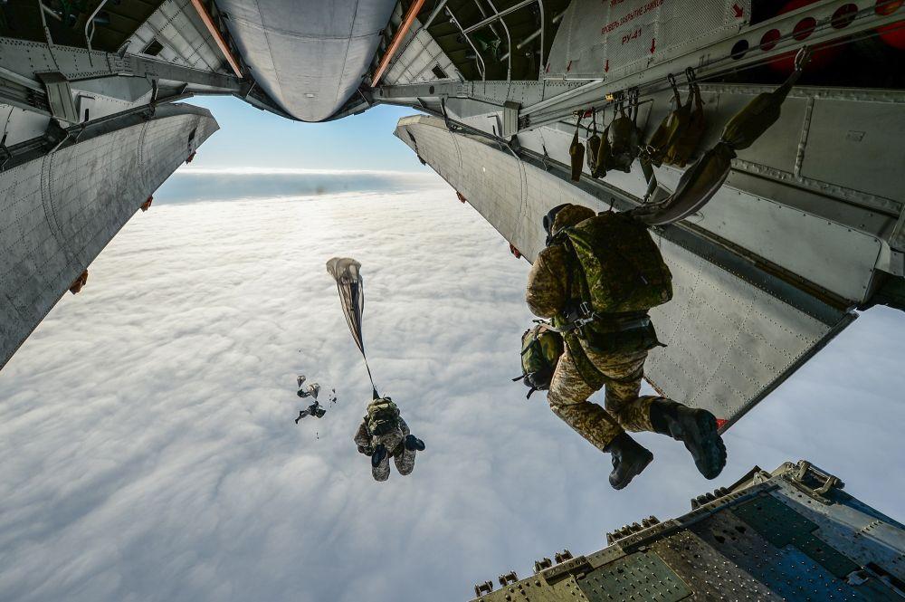 Сергей Аксёнов поздравил военных с Днем ВДВ