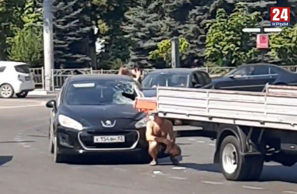 В центре Симферополя арматура из грузовика влетела в легковушку