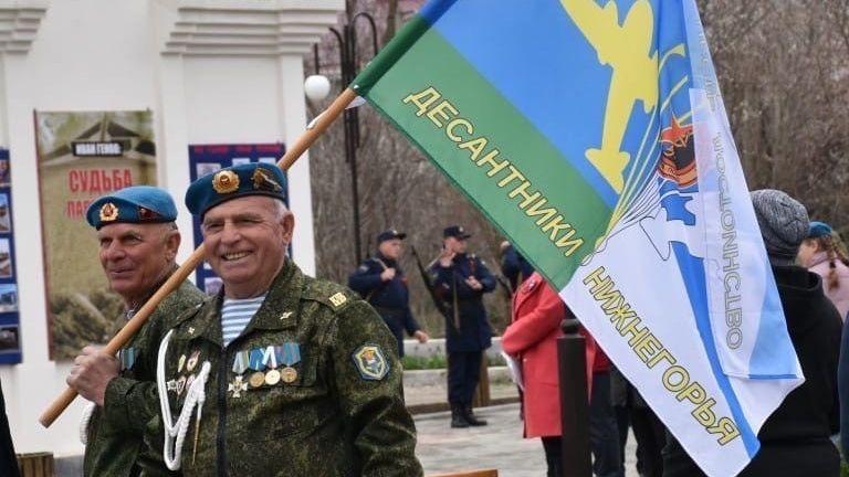 Поздравление руководства Нижнегорского района с Днем Воздушно-десантных войск !