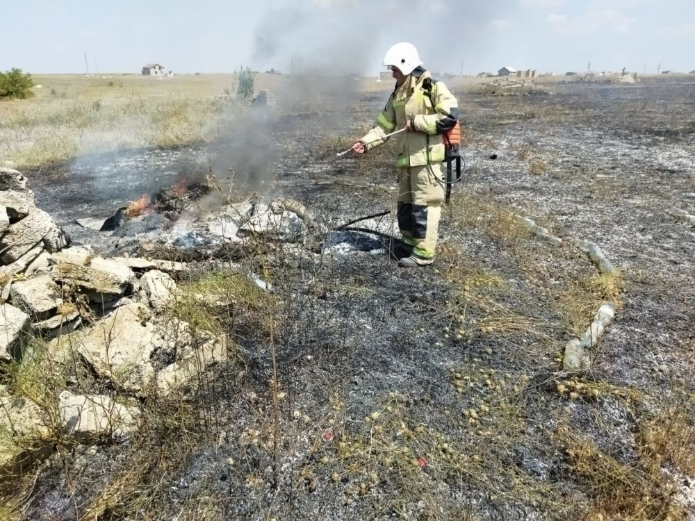 За выходные дни крымские огнеборцы ликвидировали 15 загораний сухой растительности