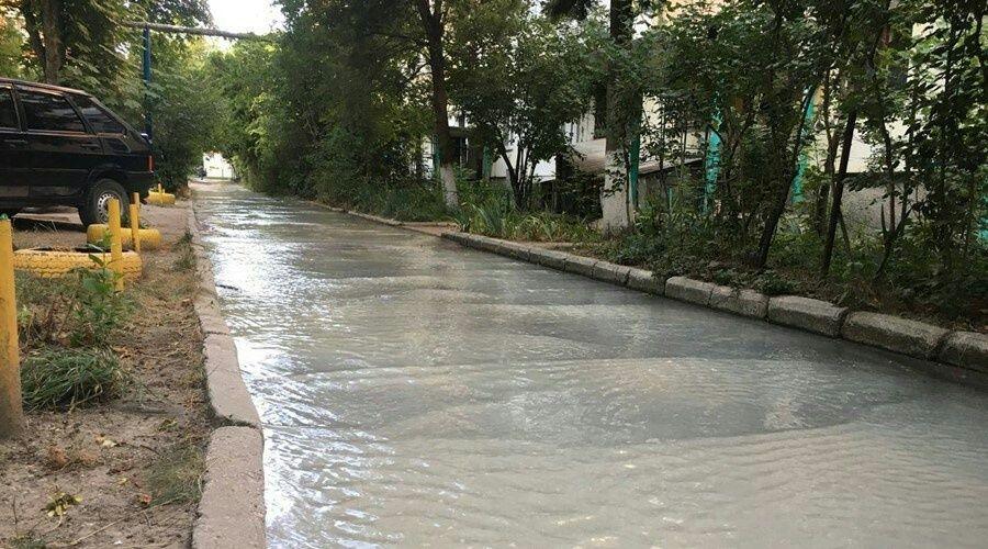 Поток воды на улице Дмитрия Ульянова в Симферополе объяснили технологическим сбросом