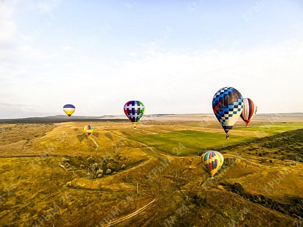В Белогорском районе у Белой скалы в небо запустили воздушные шары. Фоторепортаж