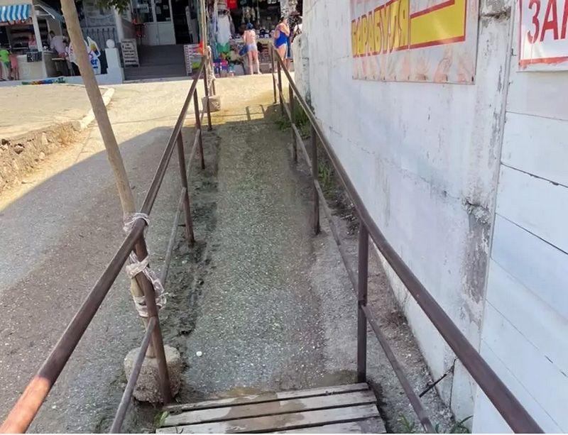 На пляже «Учкуевка» зону для инвалидов-колясочников заливает нечистотами
