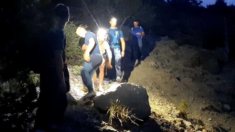 Спасатели Судакского АСО эвакуировали девушку из труднодоступного участка местности с сыпучим грунтом.