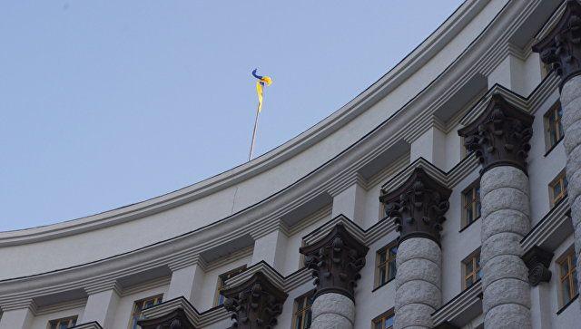 Угрожает взорвать: неизвестный с гранатой ворвался в кабмин Украины