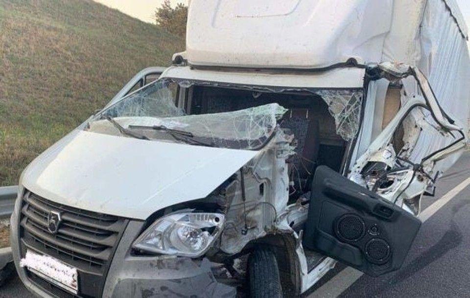 Фургон врезался в грузовик на трассе «Таврида» в Крыму