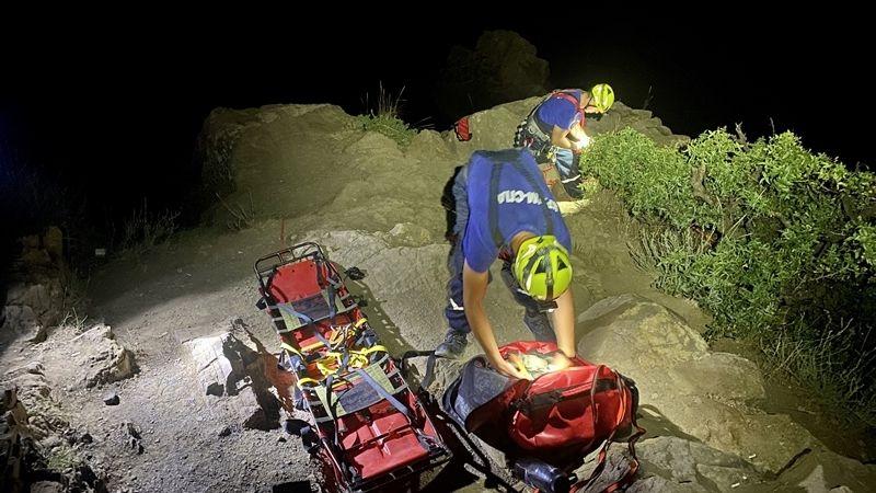 Под Алуштой девушка сорвалась со скалы и застряла в расщелине на 15-метровой глубине