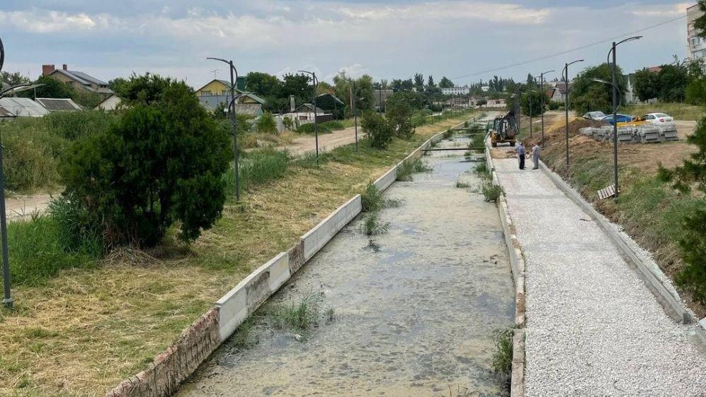 В Джанкое ремонтируют пешеходную зону вдоль реки Степная