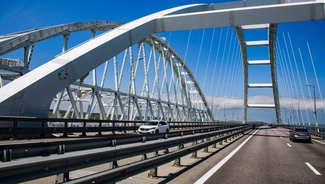На Крымском мосту закрыли одну полосу из-за дорожной аварии