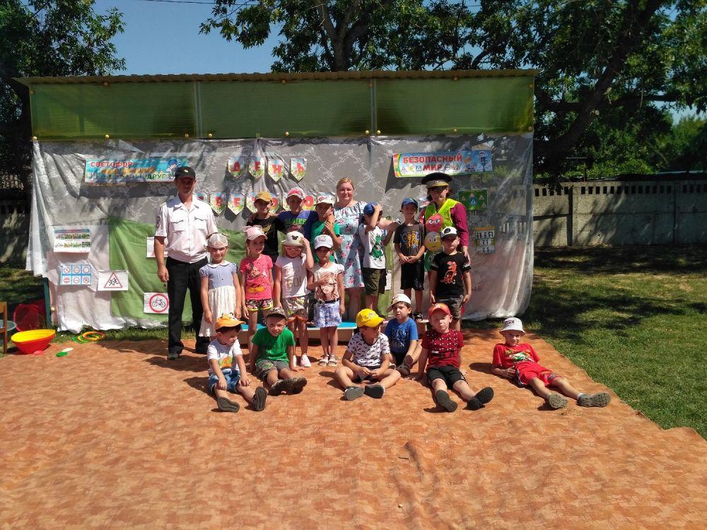 В международный день светофора сотрудники Госавтоинспекции Кировского района напомнили детям о дорожной безопасности