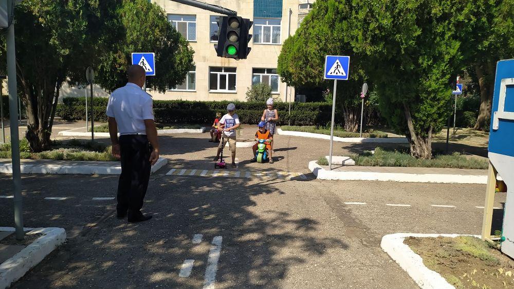 В Международный день Светофора сотрудниками Госавтоинспекции города Евпатории посещено дошкольное учебное заведение «Журавлик».