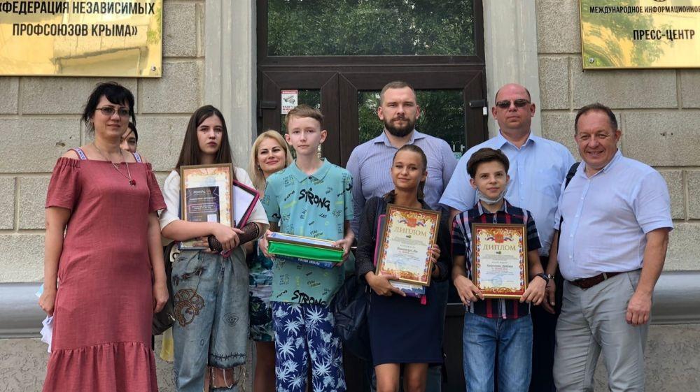 Сотрудники Минстроя Крыма наградили победителей конкурса, приуроченного ко Дню строителя