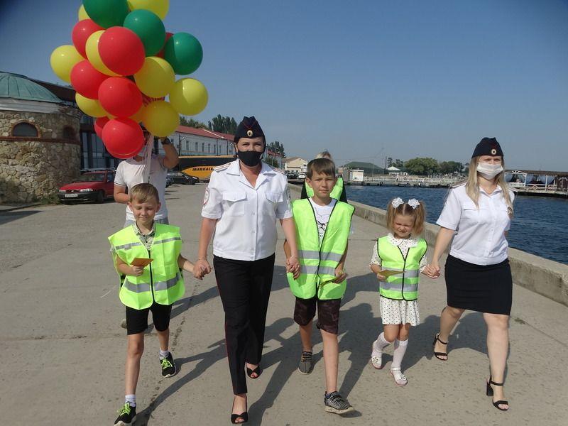 В Керчи сотрудники ГИБДД вместе с ЮИДовцами провели акцию, посвященную Международному дню светофора