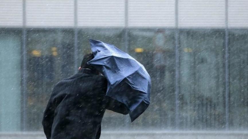 Сильный дождь обрушился на Джанкой, затопило улицу