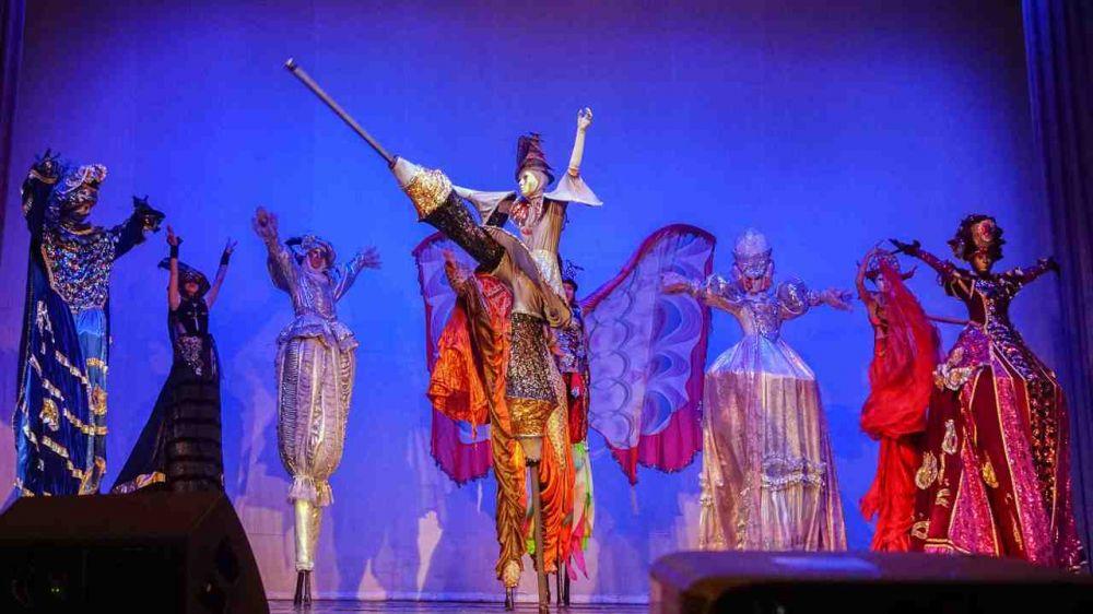 Евпаторийский образцовый театр на ходулях «Шоу великанов» отметил 20-летие