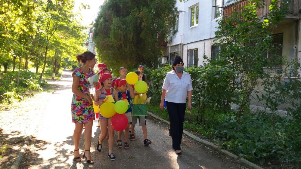 В Керчи сотрудники ГИБДД вместе с ЮИДовцами провели акцию «Дорога – символ Жизни»